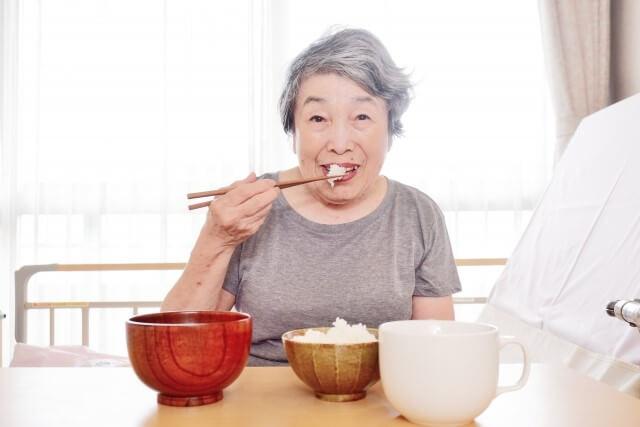 食事をする高齢者