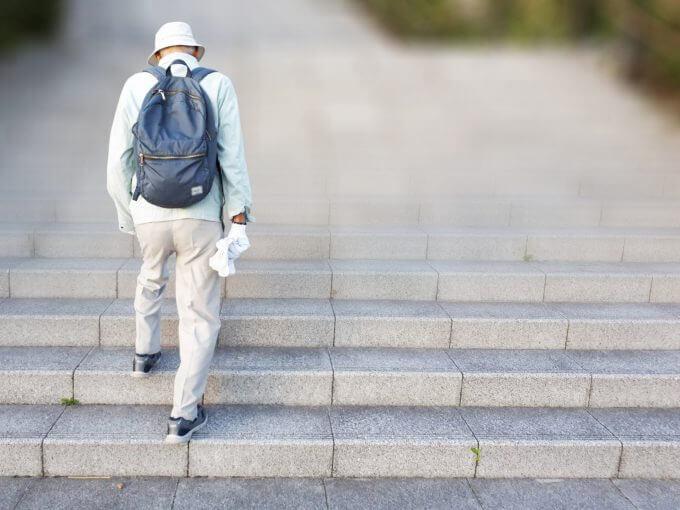 階段をあがる男性
